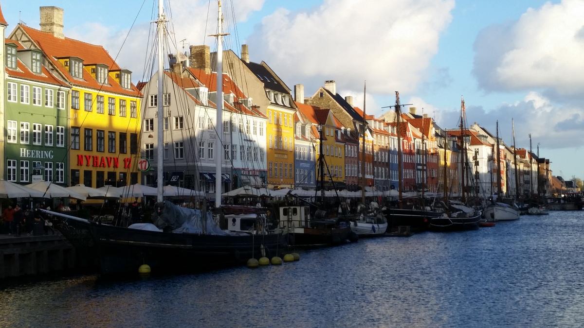 Neben der kleinen Meerjungfrau ist der Hafen einer der meist besuchten Orten von Touristen im dänischen Kopenhagen